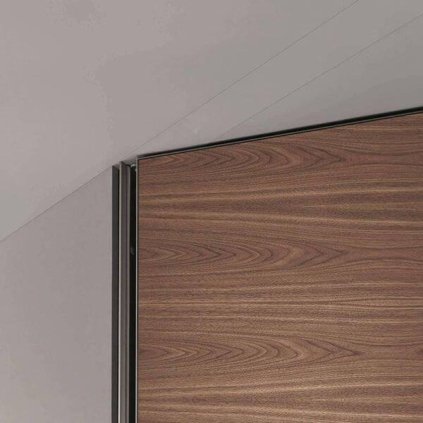 detail kozijnloze deur in notenfineer