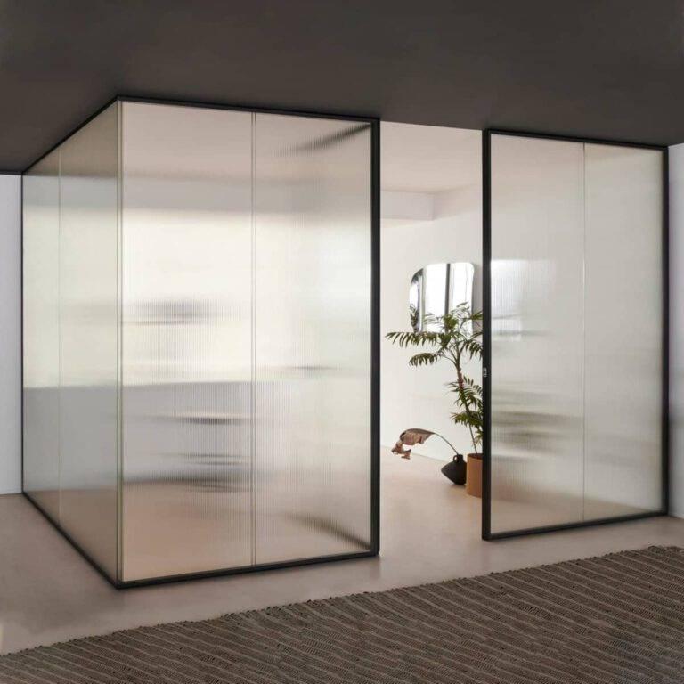 design-glazen-scheidingswanden-akoestisch-op-maat-kantoor-met-draaideur-glasitalia