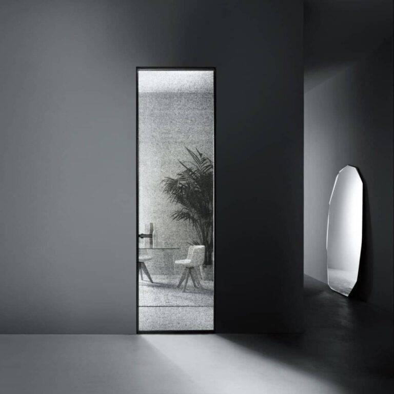 luxe-kozijnloze-plafondhoge-maatwerk-deur-met-textiel-tussen-glas-glas-italia-aladin