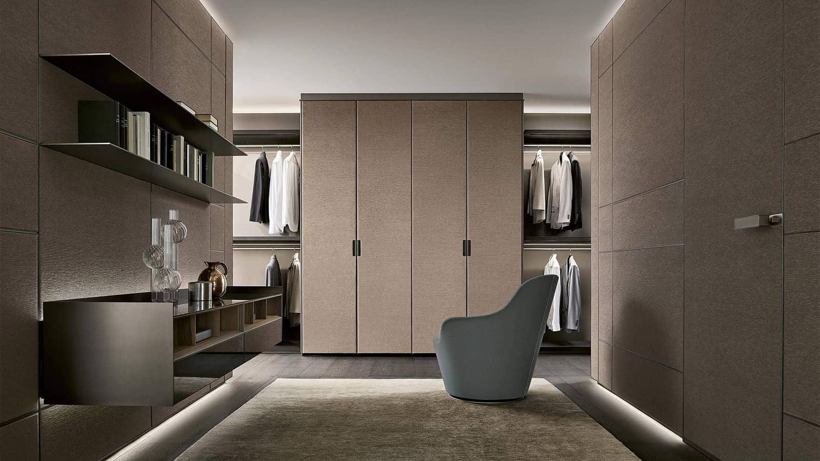 Luxe kleedruimte met wandpanelen en garderobekasten afgewerkt in textiel rimadesio modulor