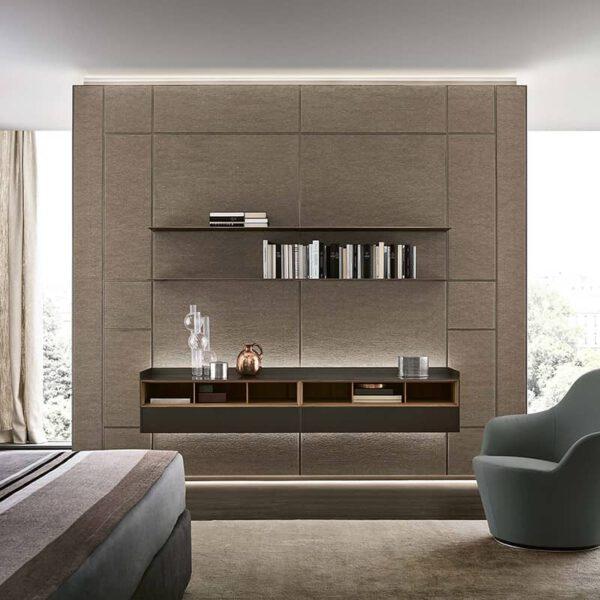 luxe wandafwerking met modulaire textiel panelen. Geïntegreerd zwevend dressoir en legplanken. Voorzien van LED verlichting