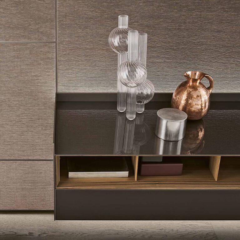 detail afwerking glazen dressoir met notenhout indeling