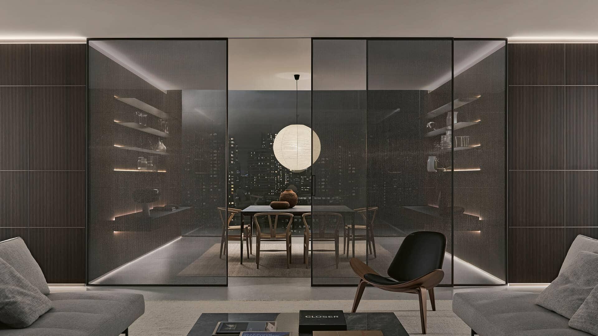 luxe glazen schuifdeuren me zwart aluminium kader en rookglas. Notenhouten design wandpanelen Modulor